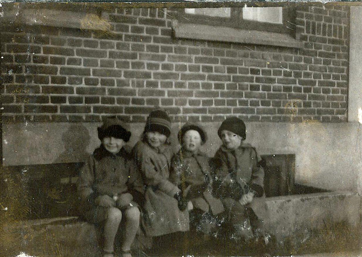 Ruth og Eva yderst til højre med to legekammerater fra Ringstedvej nr 17 ca 1926. Min mor var lige faldet ned i skakten inden billedet blev taget.