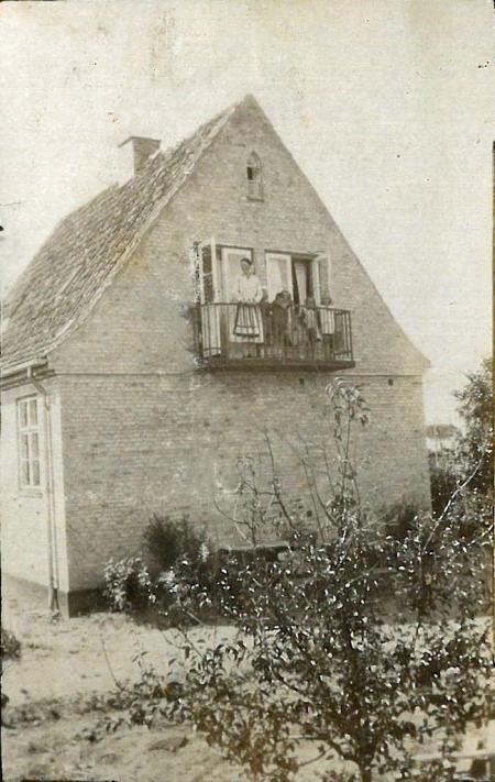 Huset på Marthavej 5 med Asta og børn og legekammerater på altanen