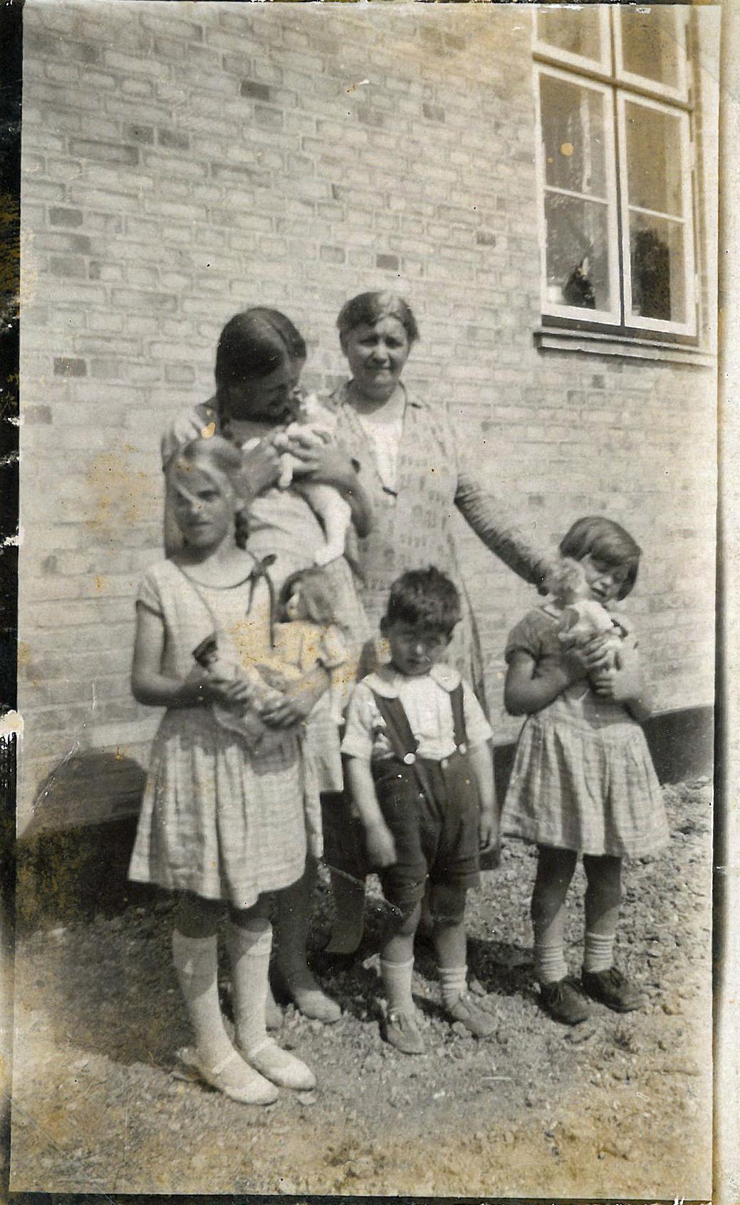 Huset på Marthavej 5 med Frk. Ejby og børnene foran huset