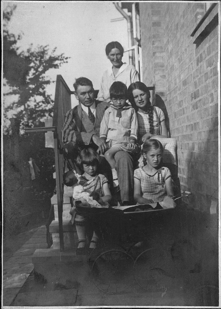 familien samlet på trappen da huset var nyt. Ca 1930
