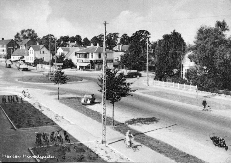Postkort fra Ringvejskrydset og Herlev Hovedgade fra først i 50-erne